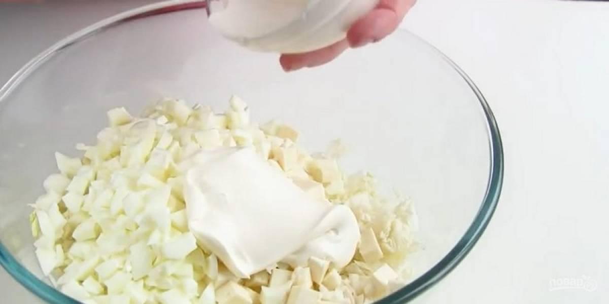 3.  У отварных яиц отделите белки от желтков и нарежьте кубиками, отправьте к салату. Заправьте салат легким майонезом и перемешайте. Приятного аппетита!