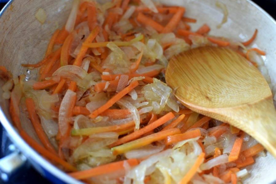 За это время спассеруйте нарезанную брусочками морковь и нашинкованный лук.