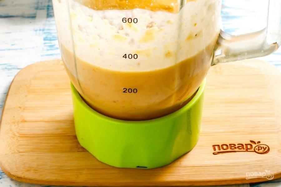 Измельчите и взбейте все содержимое чаши блендера на пульсирующем режиме примерно 2-3 минуты, чтобы все масса стала однородной. Если смузи получился слишком густым, то долейте в чашу минеральную воду и еще раз все взбейте.
