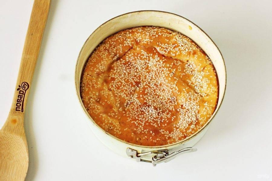 Выпекайте в духовке при температуре 180 градусов около 30-40 минут. Заливной пирог на сметане готов.