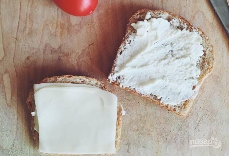 1.Намажьте  рикоттой один кусочек хлеба, а на второй положите кусочек моцареллы.