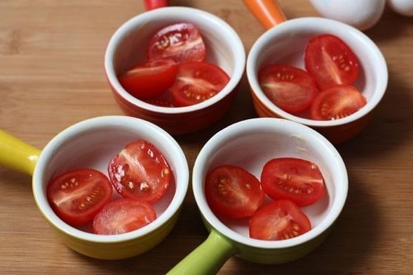 1. Формочки для кексов или кокотницы чуть смажем маслом, выкладываем половинки помидорок.