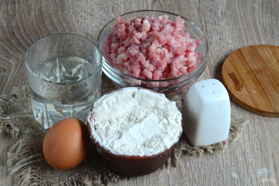 Подготовьте все необходимые ингредиенты. Фарш я подготовила заранее: мясо пропустила через мясорубку вместе с луком, добавила соль, перец. На этом моменте я останавливаться не буду.