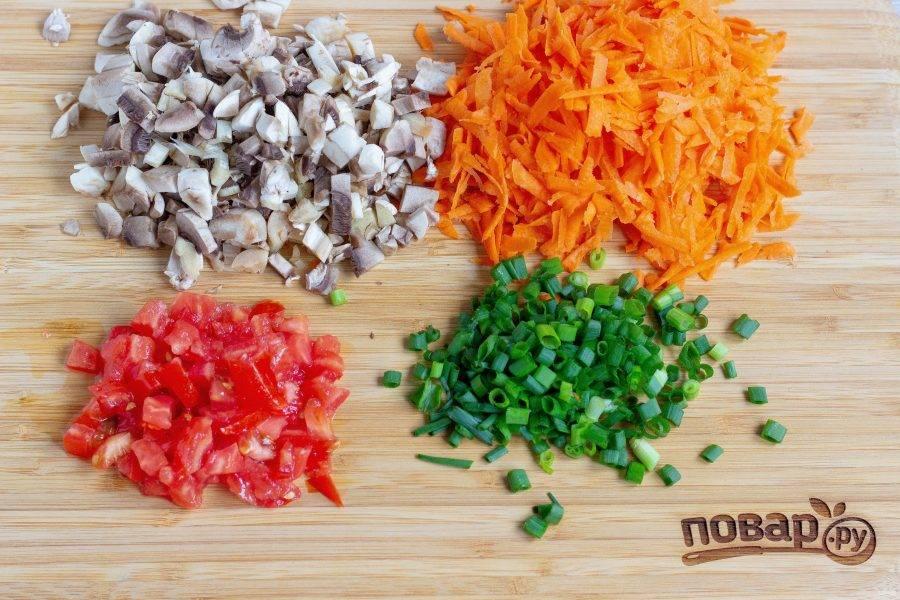Морковь очистите и натрите на крупной терке, грибы, томат и лук мелко нарежьте.