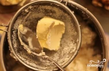 Сливочное масло размягчите при комнатной температуре и протрите через сито в творожную массу. Измельчите орехи и размочите изюм. Также добавьте в массу и перемешайте.