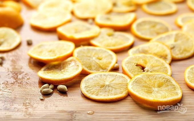 Лимоны помойте и порежьте тонкими слайсами. Удалите косточки.