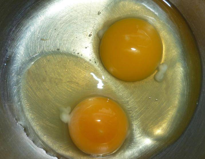 В глубокую миску разбиваем яйца.