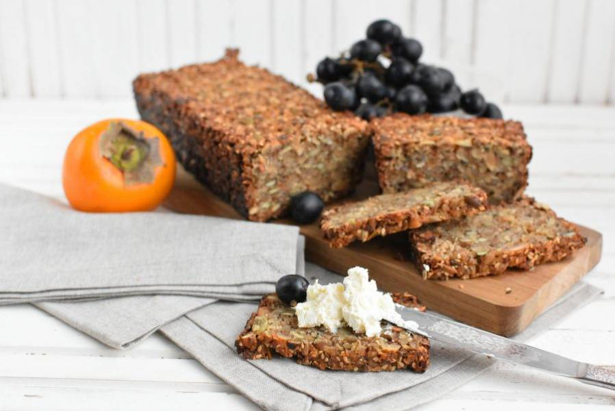 Перед нарезкой полностью остудите хлеб. Если нарезать хлеб острым ножом-пилкой, ломтики получаются тонкими. Вкусно подавать хлеб с творожными сырами и фруктами.