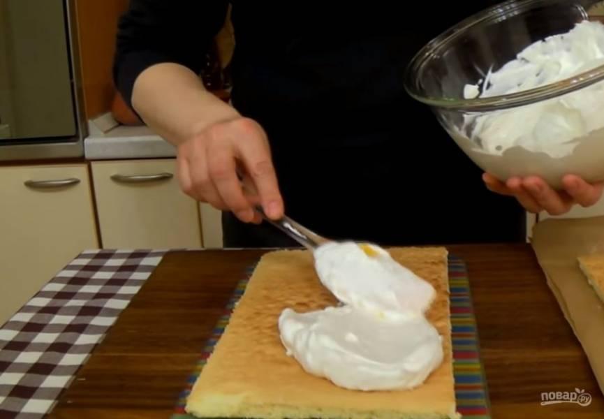 4. Бисквит остудите и разрежьте пополам, подровняйте края. На нижний корж выложите 2/3 крема, прикройте вторым коржом и смажьте верх и бока торта оставшимся кремом.