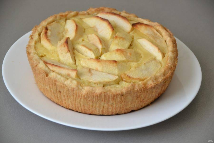 Охладите пирог до комнатной температуры, извлеките из формы.