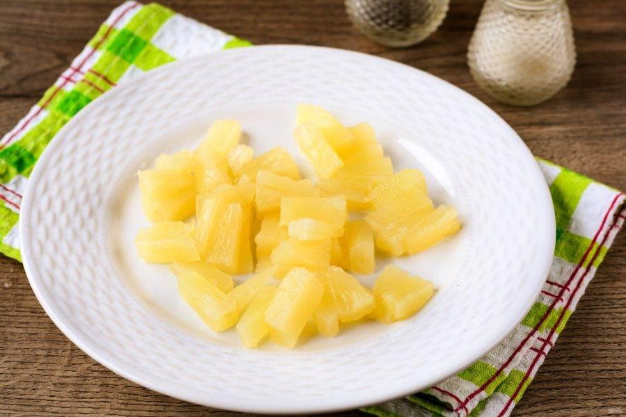 Консервированные ананасы нарежьте небольшими кусочками.