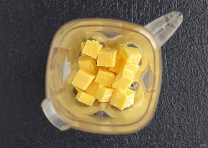 Достаньте замороженную массу, нарежьте на кубики и ещё раз измельчите в блендере.