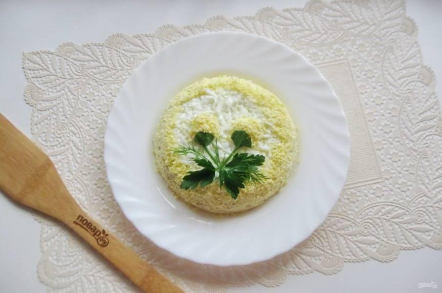 Украсьте салат. Из петрушки, укропа и желтков я сделала цветочки. Можно просто верх салата посыпать зеленью.