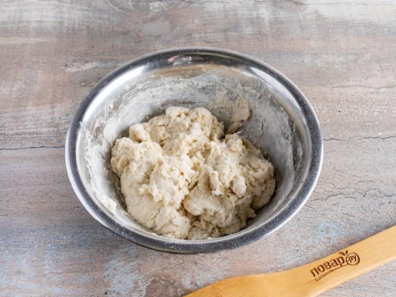 Приготовьте опару. Смешайте молоко с водой, добавьте раскрошенные дрожжи, перемешайте. Добавьте муку и вымешайте опару ложкой или рукой. Накройте пищевой пленкой и уберите в теплое место на 1,5-2 часа для подъема.
