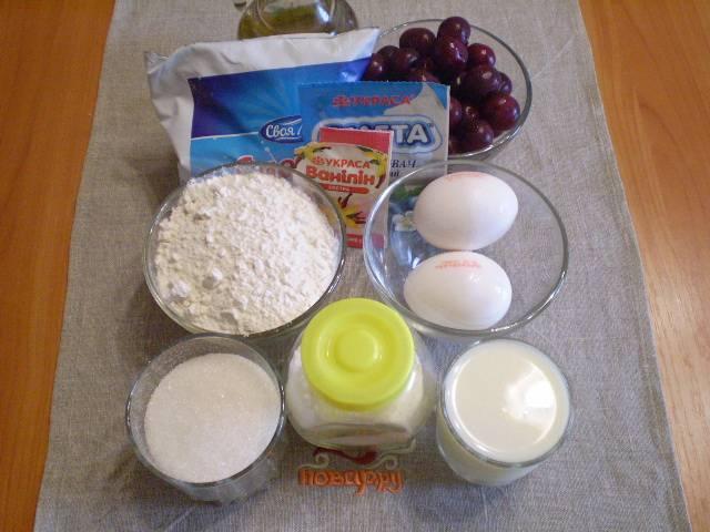 1. Приготовим продукты для торта. Вишню нужно вымыть, вынуть косточки и оставить ягоду в сите стекать от лишнего сока.