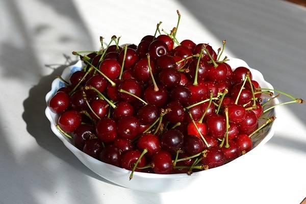 7. А дальше можно дополнить десерт ягодами или фруктами. В данном случае это небольшое количество вишни без косточек.