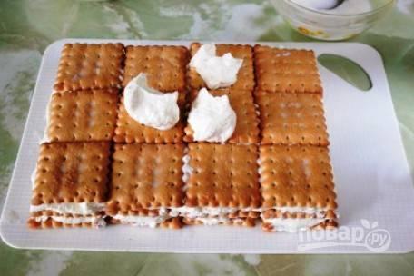 Выкладываем последний слой из печенья (не забываем его смочить в молоке), красиво разровняйте творожный крем.