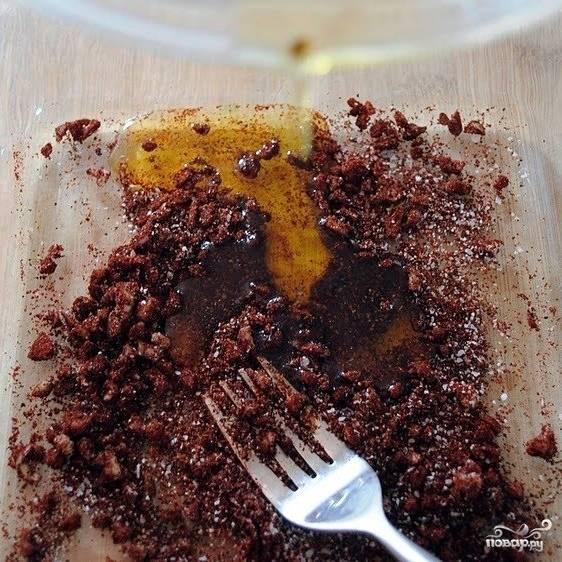 Измельченный чеснок смешиваем с солью, перцем, оливковым маслом и перцем чили. Наливаем чуть-чуть водички, перемешиваем.