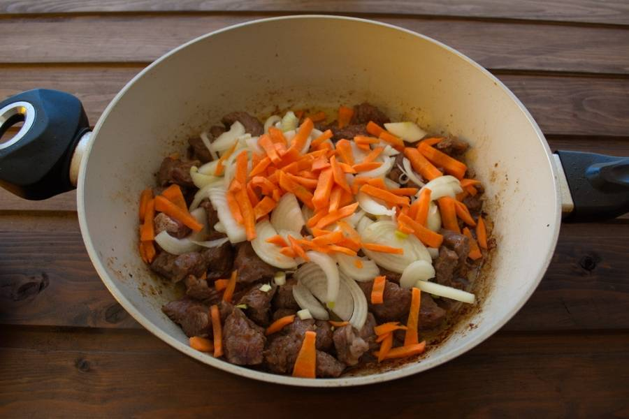 Добавляем лук и морковь. Тушим все вместе 5 минут.