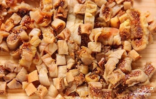 2.Инжир промойте. Если он слишком подсохший и твердый, замочите на некоторое время в кипятке. Далее нарежьте инжир на мелкие кусочки.
