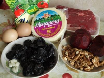 Для начала надо приготовить продукты. Свеклу, яйца и говядину отварить. Чернослив залить кипятком и потом порезать. Сыр натереть на терке, добавив майонез и чеснок по вкусу.