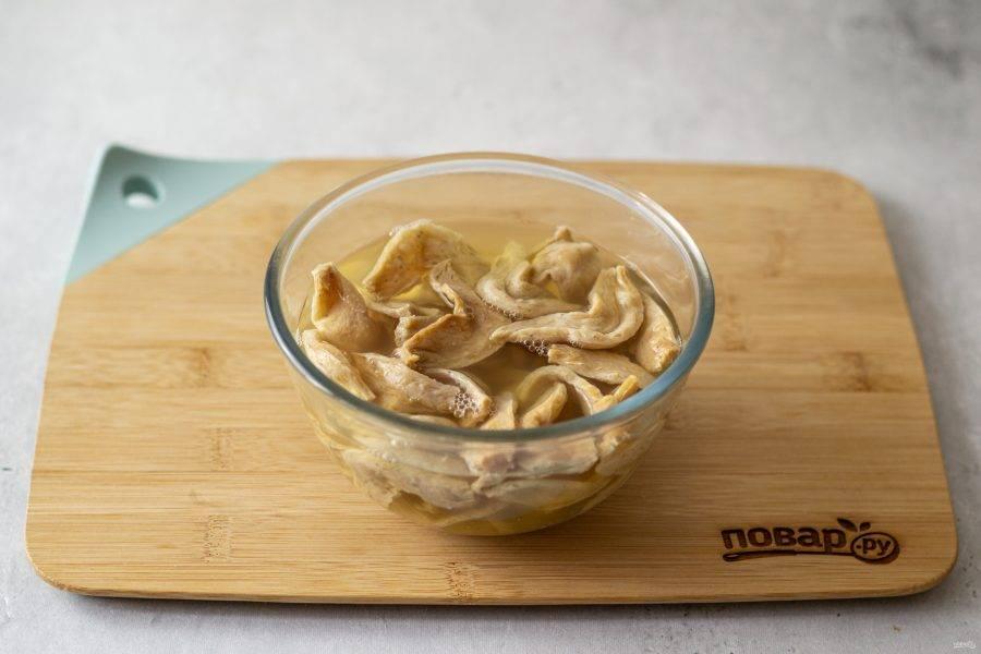 Соевое мясо предварительно замочите в горячей воде на 10-15 минут. Затем слейте воду, а соевые кусочки промойте и хорошенько отожмите.