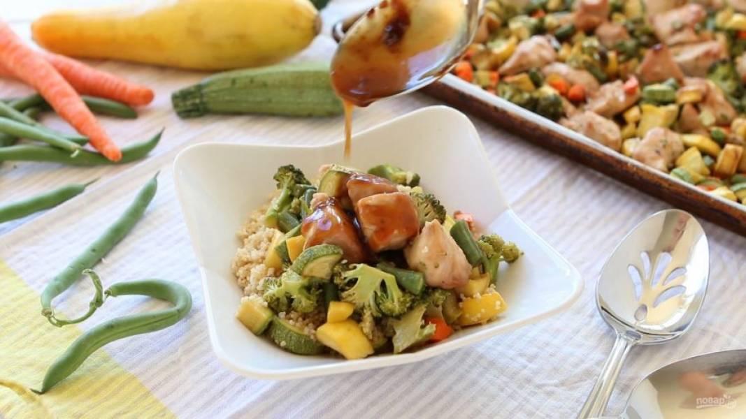11. На тарелку для подачи выложите кускус. Сверху — курицу с овощами и немного соуса с противня. Приятного аппетита!