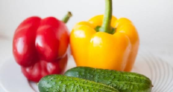 1. Основным ингредиентом, который входит в рецепт приготовления елочка из овощей в данном случае будет огурец. От перцев понадобится лишь небольшая часть. Использовать можно маленькие кусочки самых разнообразных овощей, которые используются для приготовления других блюд.