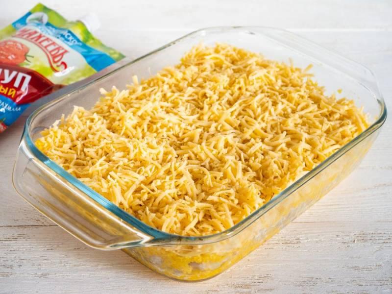 Выложите вторую часть измельченной тыквы и посыпьте натертым сыром.