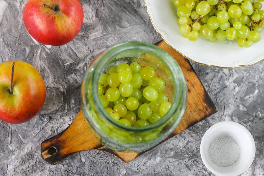 Ягоды винограда снимите с кисти, промойте в воде и всыпьте в чистую, промытую емкость.