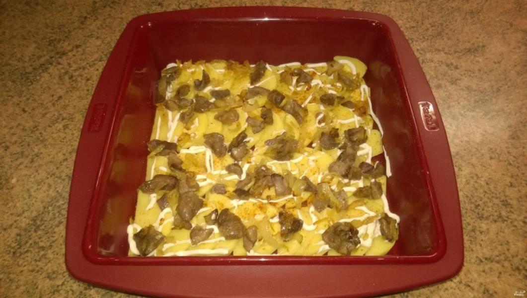 6. Если ваша форма, в которой вы будете запекать, силиконовая — мазать маслом ее не надо. А теперь укладывайте слоями: картофель, соль, специи, перец, грибы с луком, чуть-чуть майонеза. Выкладывайте в таком порядке, пока не кончатся продукты.