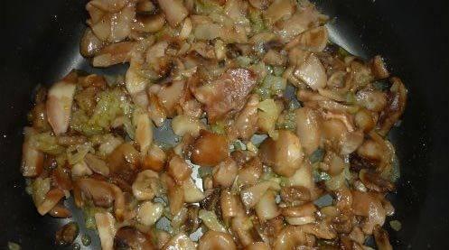 """Грибы и лук мелко режем. В режиме """"Выпечка"""" сперва растопим сливочное масло, затем 5 минут обжариваем лук и добавляем грибы, жарим еще 20 минут."""