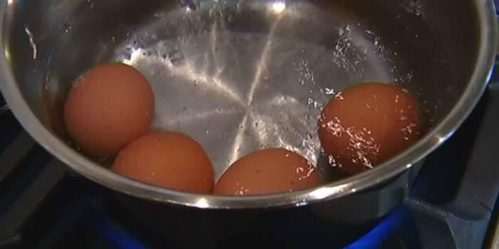 2. Также отправить вариться яйца. Готовую курицу и яйца как следует остудить.