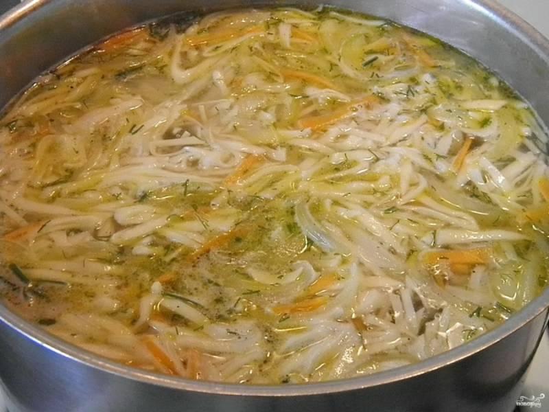 В конце варки добавьте зелень и любимые специи. Подержите ещё минутку-две — и выключите суп.