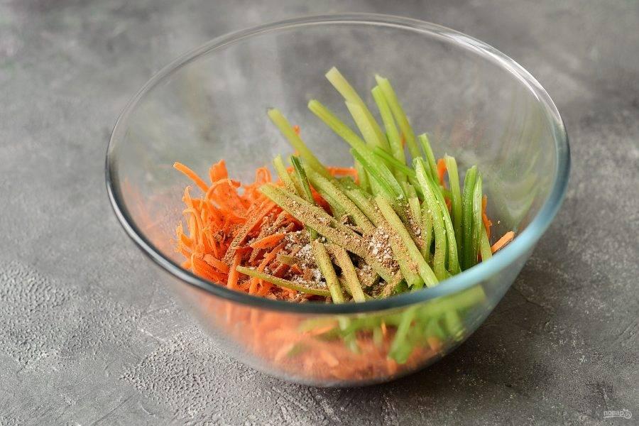 Добавьте в миску черемшу, соль и специи для моркови по-корейски. Перемешайте.