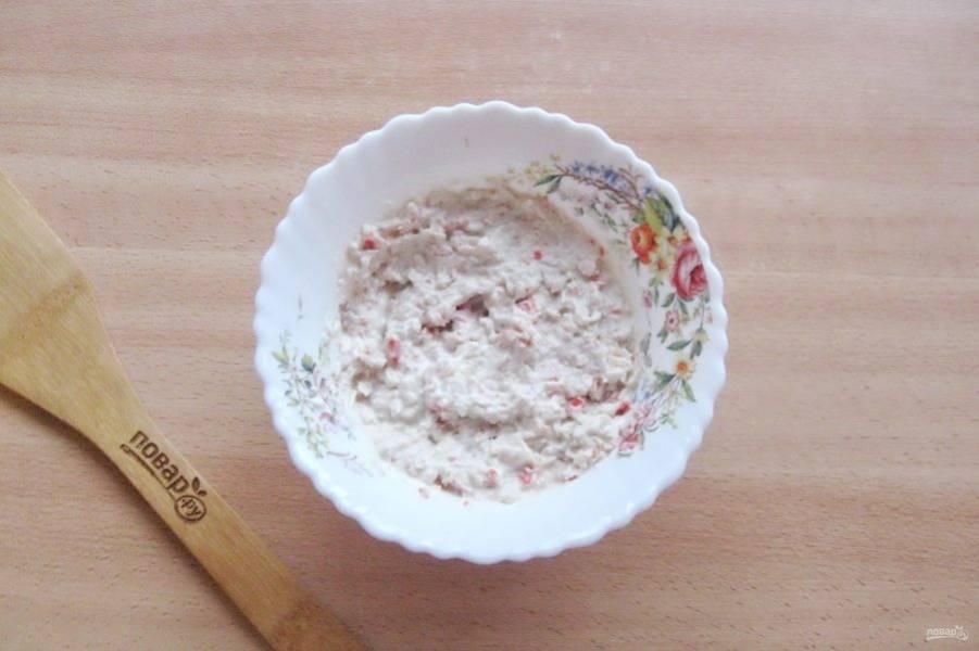 Перемешайте сельдь, лук, сметану и крабовые палочки. Отправьте мороженое в морозильную камеру на 2-3 часа.