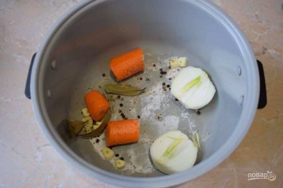В чашу мультиварки сложите очищенные лук и морковь. Добавьте соль, перец, немного чеснока и лавровый лист.
