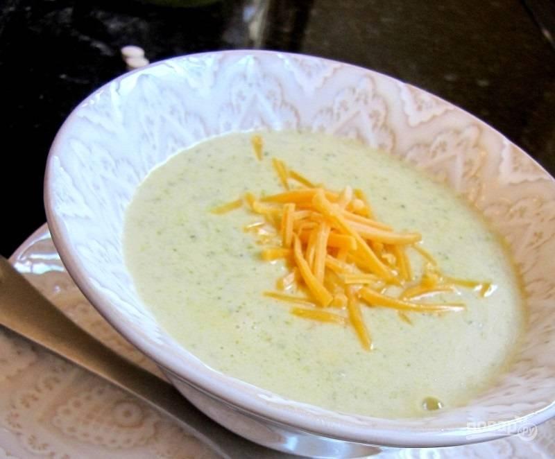 9.Прогрейте суп еще пару минут и разлейте по тарелкам, украсьте оставшимся сыром и сразу подавайте к столу.