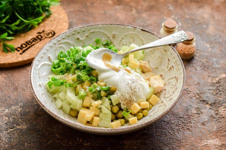 Добавьте в салат любимую зелень — можно лук, петрушку или укроп. Заправьте салат сметаной и горчицей, всыпьте соль и перец по вкусу. Перемешайте все и подавайте салат к столу.