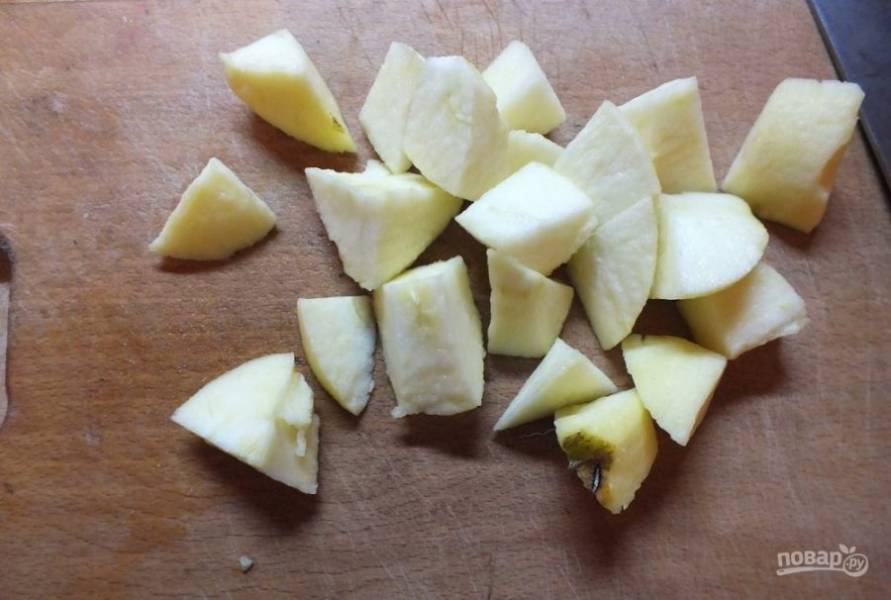 Яблоко промойте и нарежьте его кусочками.