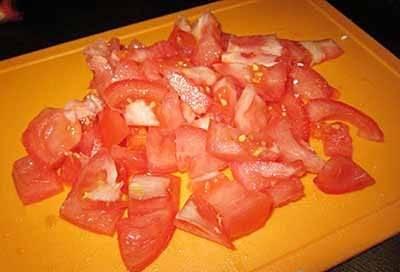 Нарезаем помидоры на небольшие кусочки. Помидорки черри просто разрезать пополам.