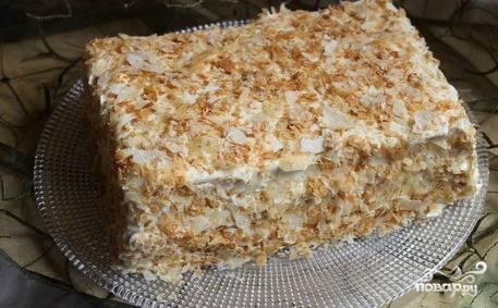 Корж, оставленный для украшения, растираем руками в крупную крошку. Этой крошкой декорируем наш тортик со всех сторон. Вот и все, десерт готов! Приятного аппетита!