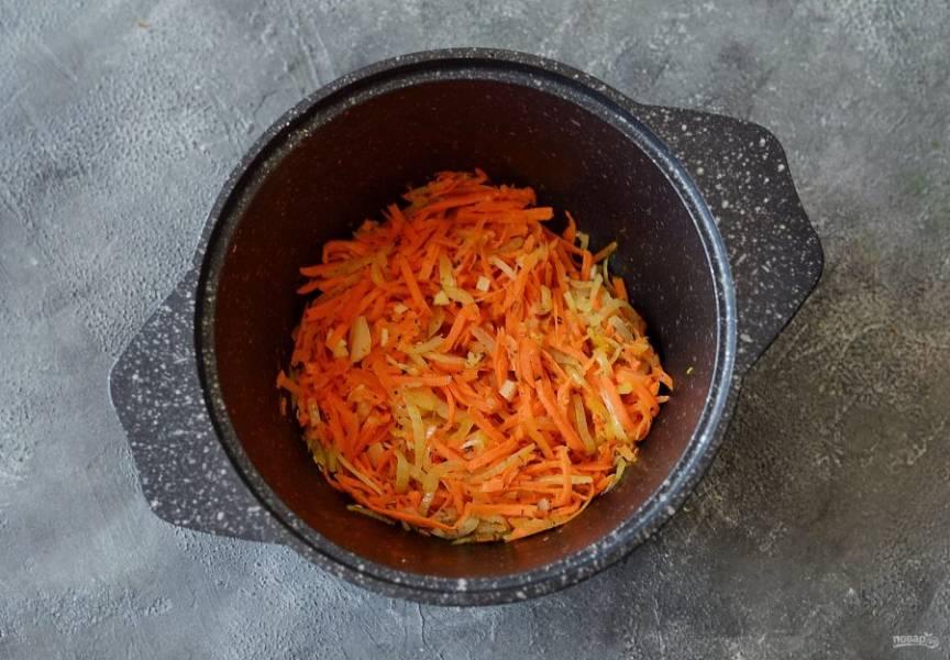 В кастрюле с толстым дном обжарьте сушеный базилик и розмарин до легкого раскрытия аромата. Добавьте лук с морковью и жарьте до мягкости, затем добавьте чеснок. Обжарьте все вместе еще минутку.