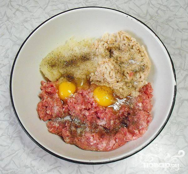 2.Смешиваем фарш  с намоченным хлебом и смолотым луком, добавляем перец и соль. Добавляем сюда яичную смесь (яйца лучше разбивать холодными, котлеты тогда получаются более пышными).