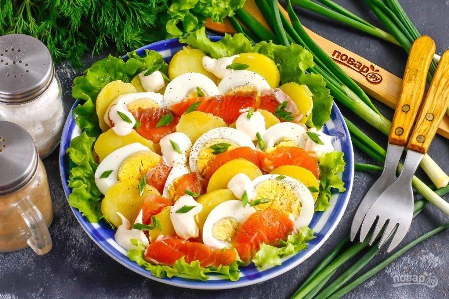 Подайте салат к столу. Блюдо заранее не готовьте, иначе оно обветрится.