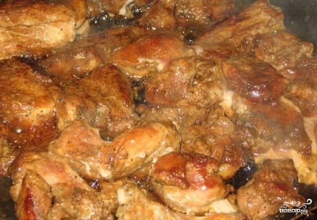4.Маринованное мясо обжариваем на сковороде до полуготовности.