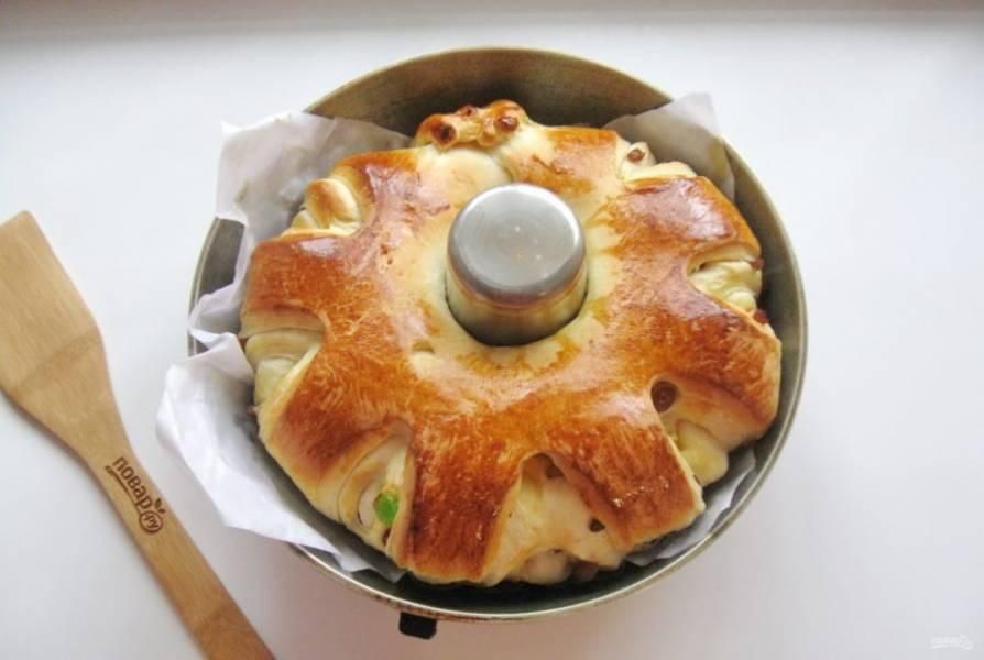 Выпекайте пирог в духовке, заранее разогретой до 175-180 градусов 30-35 минут.