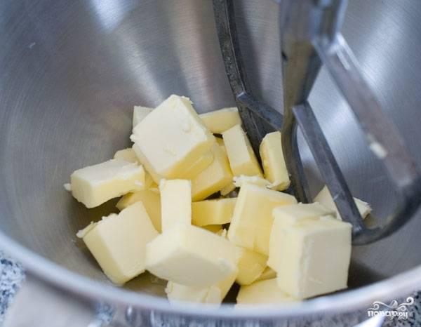 13. Взбейте размягченное сливочное масло.