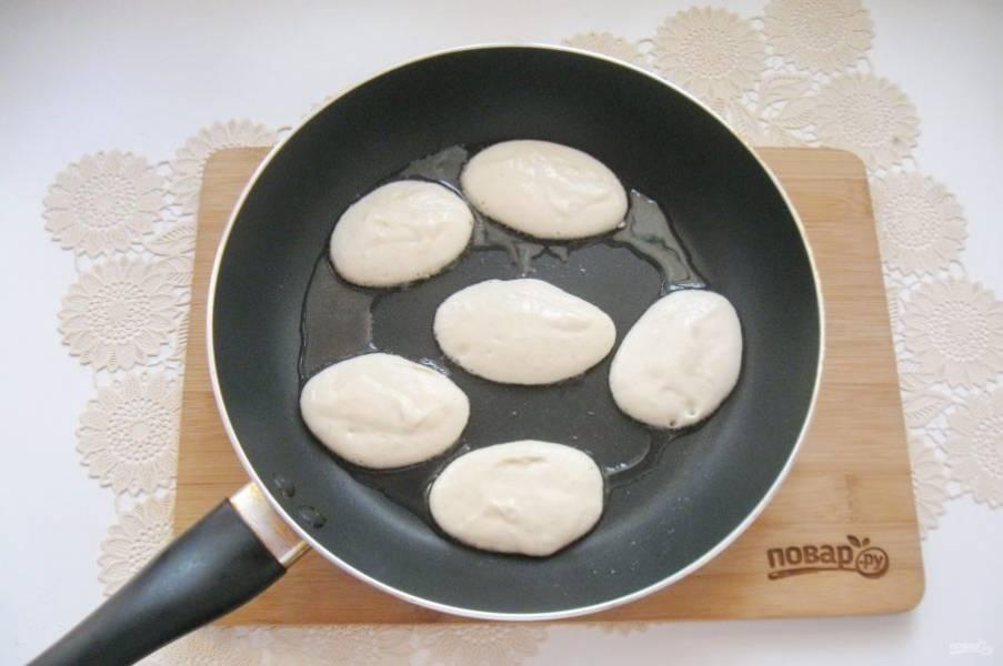 В горячую сковороду с подсолнечным маслом столовой ложкой выкладывайте тесто.