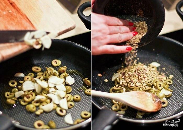 Разогреваем на сковороде две столовые ложки оливкового масла. Когда масло нагреется, кладем в сковороду нарезанные оливки, чеснок, измельченные фисташки, и обжариваем на среднем огне. Обжаривать минут 7-8 - когда чеснок станет золотистого цвета и будет характерно пахнуть, вы поймете, что сковороду можно снимать с огня.